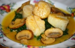 Sauteed Scallops with Mushrooms and Spinach Sauce